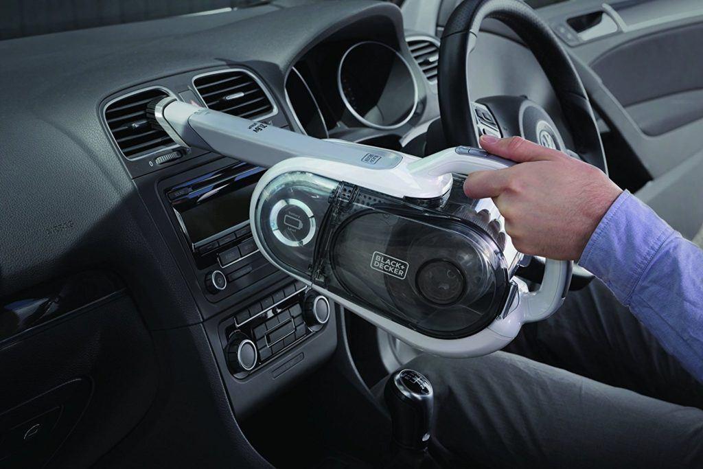 Autoputz mit dem Black+Decker Handstaubsauger im Staubsauger Test